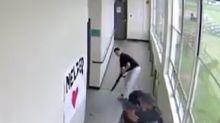 Entra in classe con un fucile: disarmato e abbracciato da insegnanti