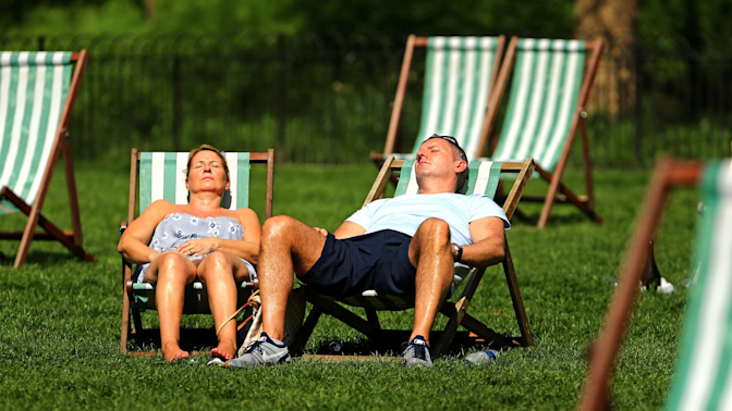 Britain bakes on hottest April day since 1949