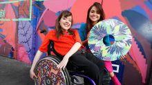 Irmãs fazem sucesso transformando cadeiras de rodas em peças de arte