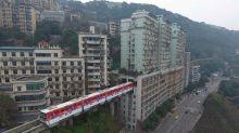 輕軌列車穿越民宅 中國最神奇建築