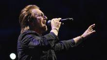 A Bono, de U2, se le acabó el escenario y ¡al suelo!