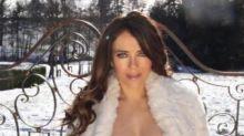 La madre de Elizabeth Hurley se encarga de retratarla en topless para Instagram
