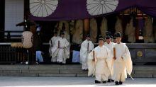 Parlamentarios japoneses visitan el polémico santuario de Yasukuni