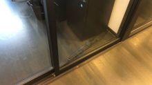 Ombrello blocca la porta: impiegati fuori dall'ufficio per due giorni