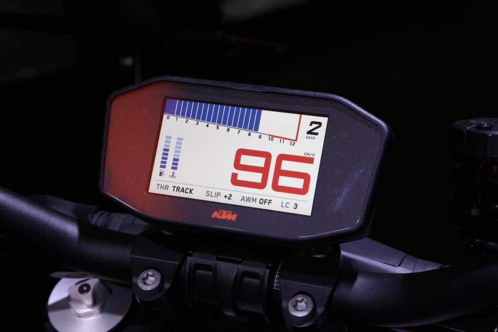 新改款的1290 採用全新的TFT 全彩液晶儀表板。