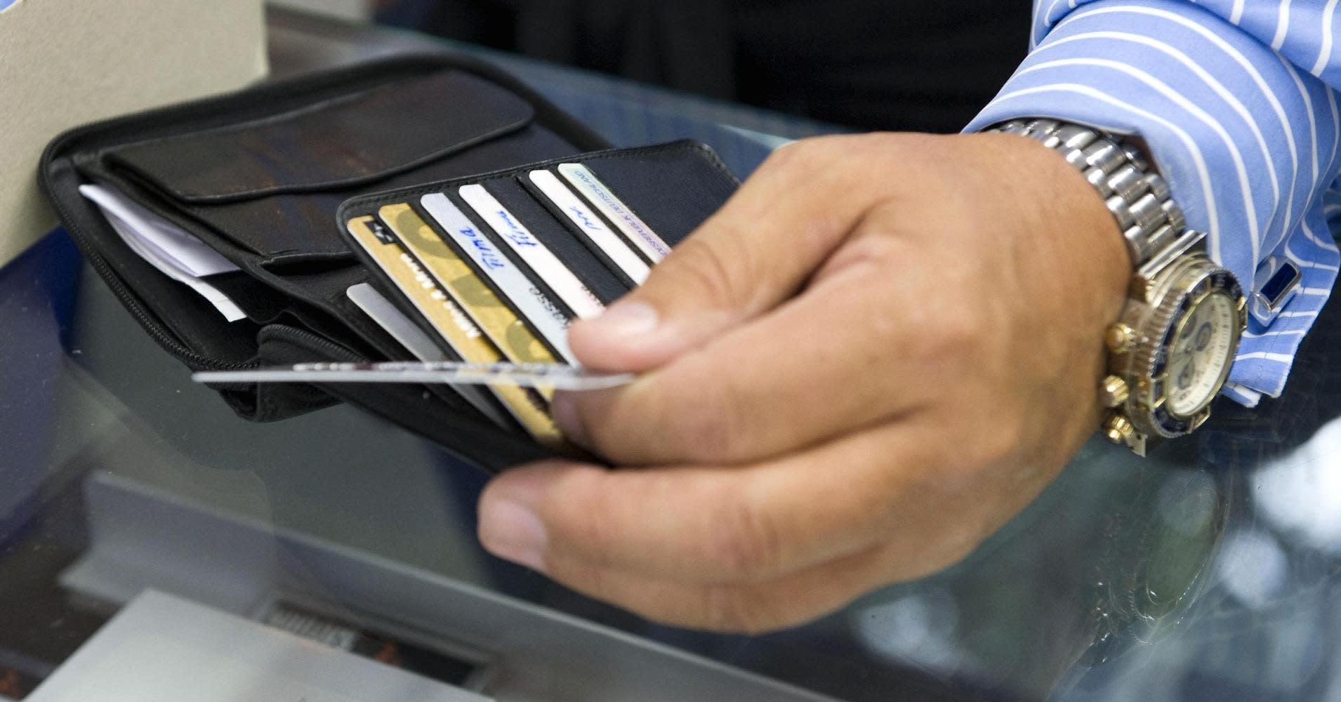 Las trampas de las tarjetas de crédito destinadas a los más pobres