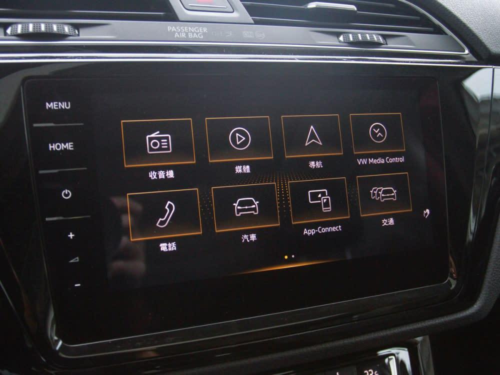 中控台採用整合導航與各項行車資訊的9.2吋觸碰螢幕,使其他乘客也能輕易操控。