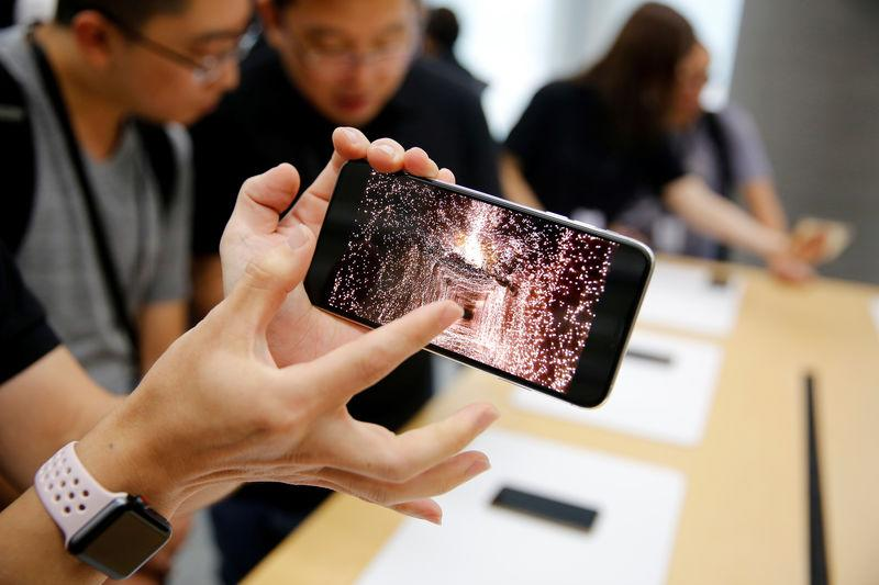 dec4d421318 People handle the new Apple iPhone XS and iPhone XS Max during a media tour  at