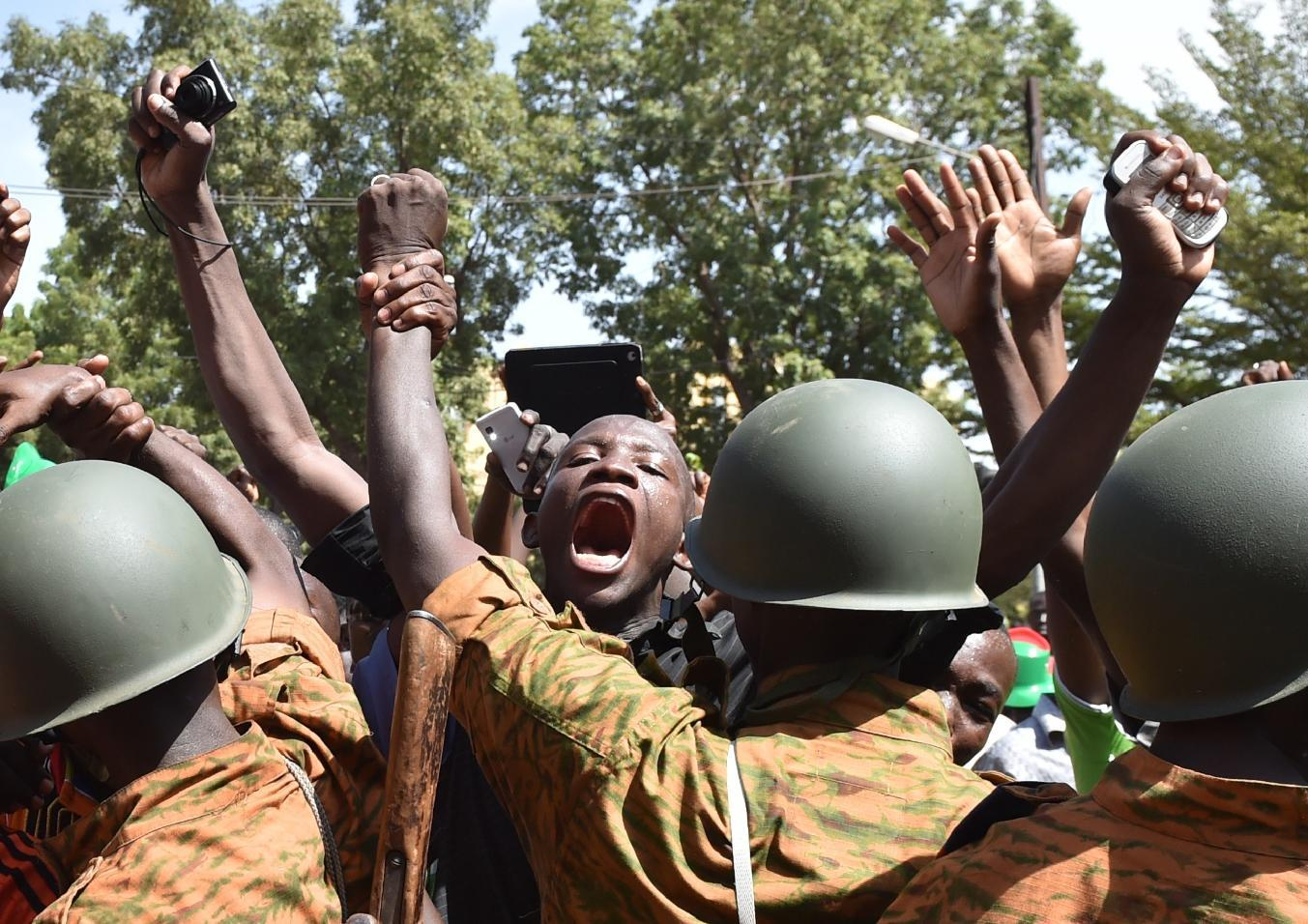 A crowd gathers on October 31, 2014 in front of army headquarters in Ouagadougou, demanding that the army take over following the resignation of the president of Burkina Faso (AFP Photo/Issouf Sanogo)