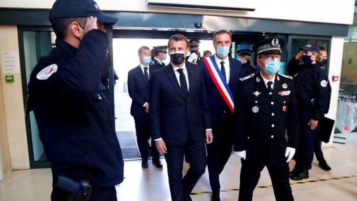 Pourquoi Emmanuel Macron lance-t-il une offensive sur la sécurité, thème cher à ses opposants de droite ?