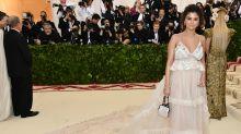 Selbstbräuner-Panne: Selena Gomez sorgt mit Met-Gala-Look für Lacher auf Twitter