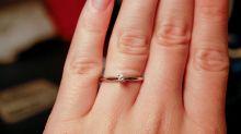 Descontenta con su anillo de compromiso humilla a su novio