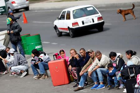 Venezuelan migrants stand in line to register their exit from Colombia before entering Ecuador, at the Rumichaca International Bridge, Colombia August 18, 2018. REUTERS/Luisa Gonzalez