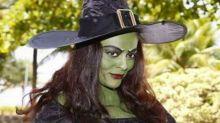 Juliana Paes se veste de bruxa e assusta seguidores