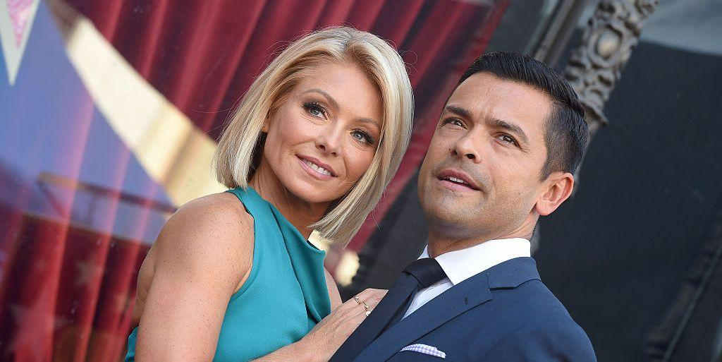 Kelly Ripa Getting Down On A Cookie @ Platinum-celebs.com