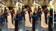 Com ensaio de casamento pela cidade, casal é surpreendido no metrô de SP