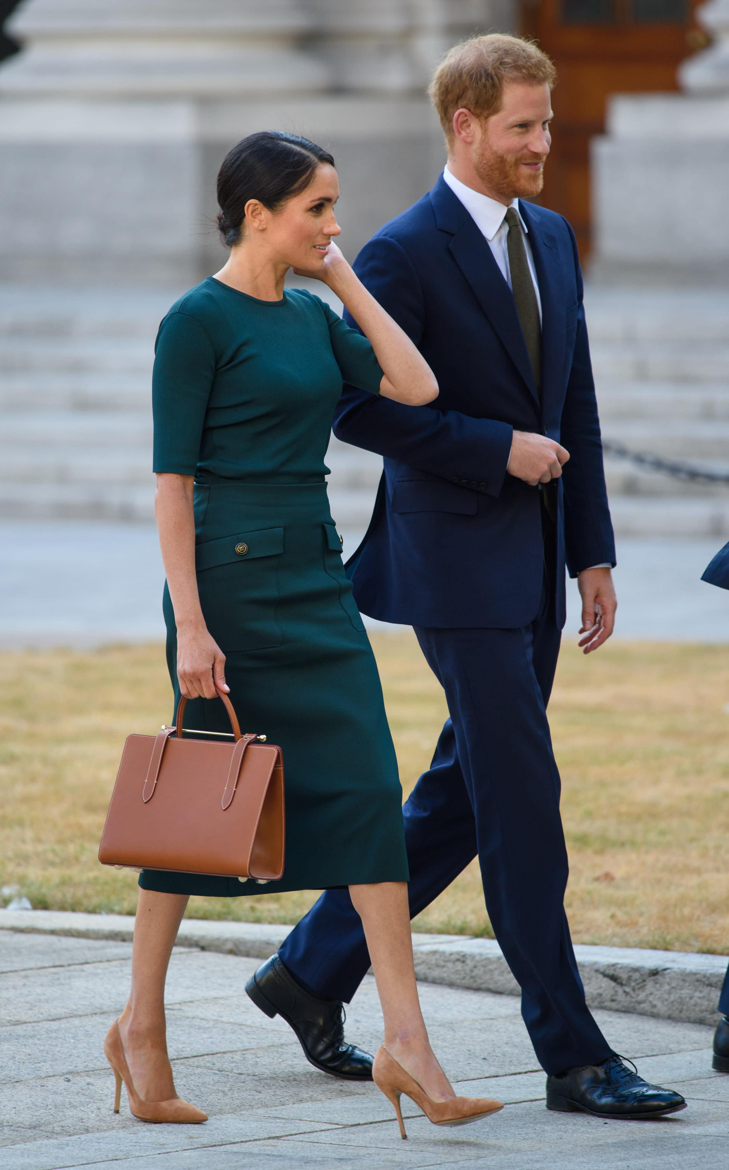 royal outfit so viel kostet es wenn ihr wie meghan. Black Bedroom Furniture Sets. Home Design Ideas
