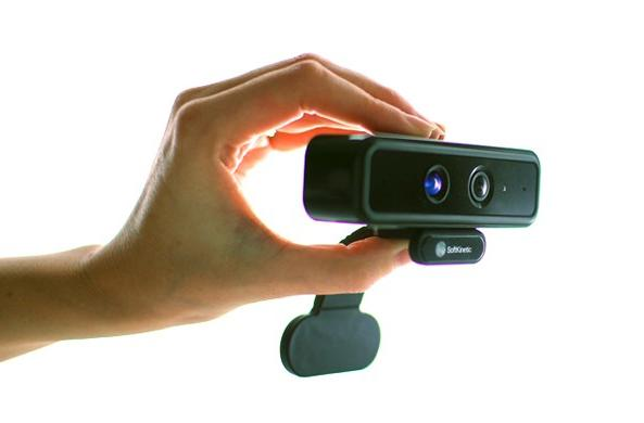 SoftKinetic's motion sensor tracks your hands and fingers, fits in them too (video)