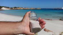 """Due turisti hanno restituito la sabbia rosa """"rubata"""" a La Maddalena dopo 50 e 30 anni"""