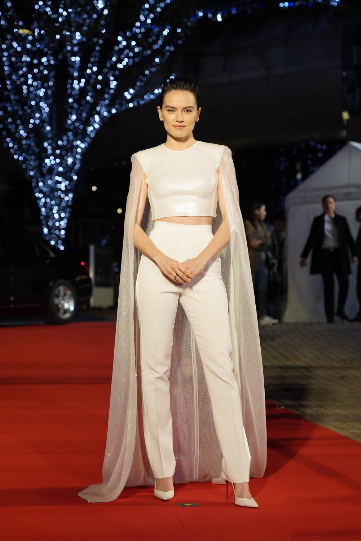 片中飾演主角「芮」的黛西蕾德莉,更是以一身白袍絕地禮服現身,美翻全場。