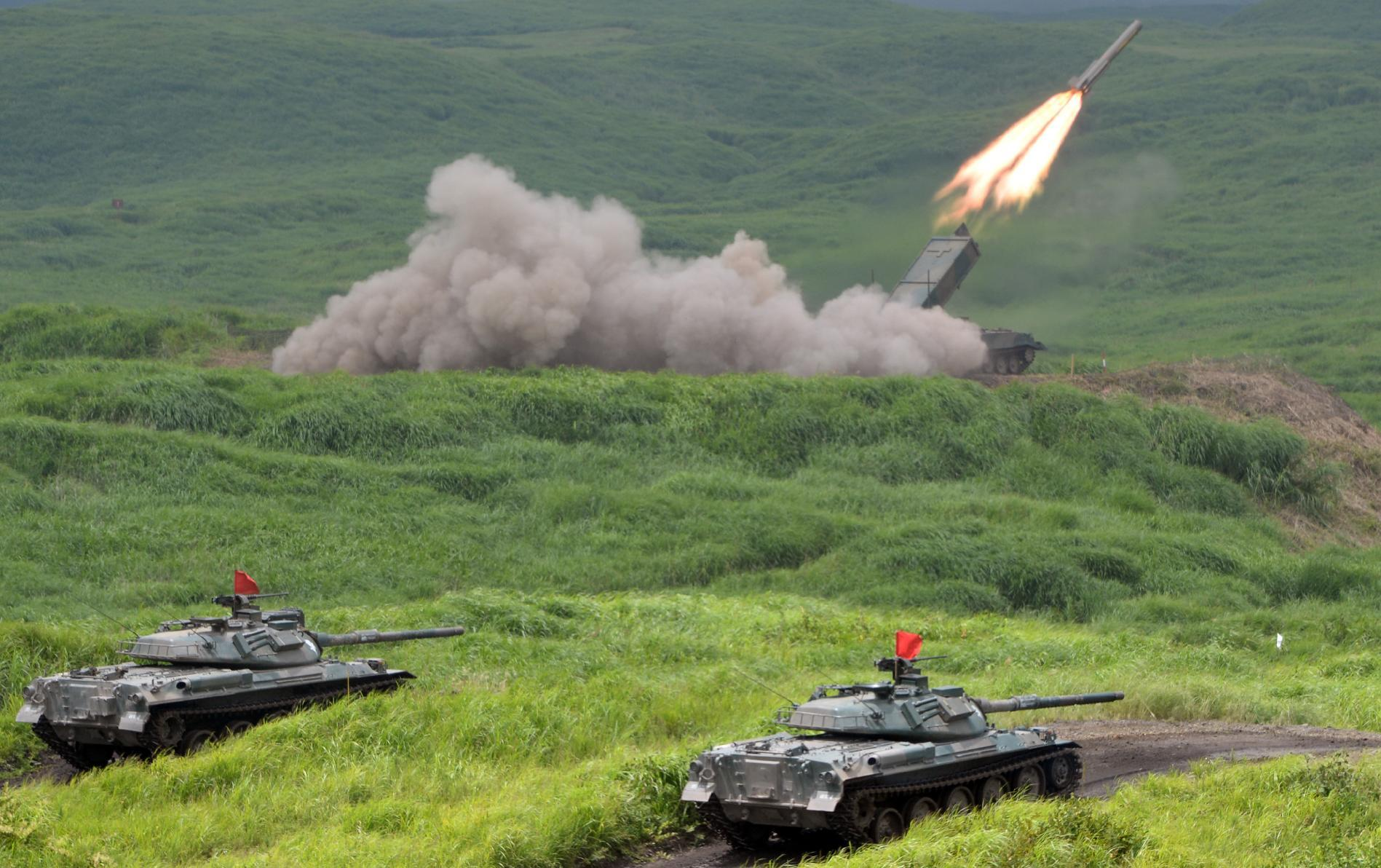 Japan Ground Self Defense Forces' type 92 anti-landmine missile is fired while tanks stand by during an exercise at its Higashi-Fuji training ground in Gotemba, some 100 km west of Tokyo, on August 19, 2014 (AFP Photo/Toshifumi Kitamura)