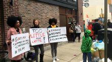 Starbucks capacitará a empleados contra la discriminación
