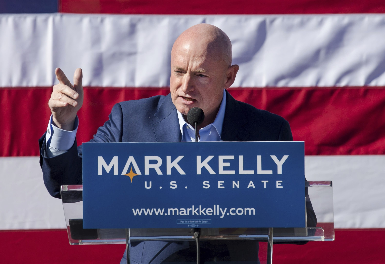 文件-在这张2019年2月的文件照片中,前宇航员马克·凯利在亚利桑那州图森举行的参议院竞选启动活动中发表讲话。如果亚利桑那州民主党人马克·凯利在美国参议院中赢得一席之地,他最早可以在11月30日上任, 2020年。凯利(Kelly)的胜利将在关键时刻缩小共和党参议院的多数席位,并使确认唐纳德·特朗普(Donald Trump)总统最高法院提名的途径复杂化。(Mike Christy / Arizona Daily Star通过AP,File)