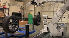Este robot cambia neumáticos en un abrir y cerrar de ojos