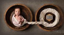 Mãe de um bebê fotografado junto às cinzas de seu irmão gêmeo fala sobre sua dor