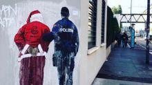 """""""Negato il permesso di soggiorno a Babbo Natale"""", a Milano l'ultima provocazione di Tvboy"""