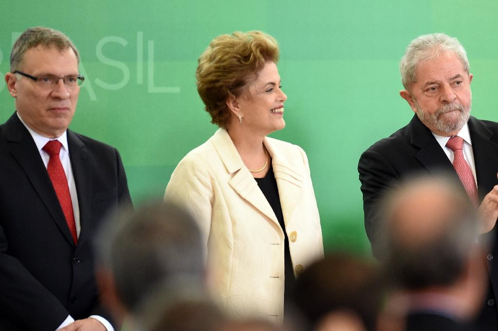 The new Justice Minister Eugenio Aragão (L), Brazilian President Dilma Rousseff (C) and former president Luiz Inacio Lula da Silva during the minister's swearing-in ceremony at the Planalto Palace in Brasilia, on March 17, 2016 (AFP Photo/Evaristo Sa)