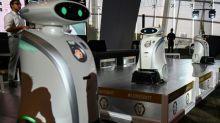 Simpáticos robots despliegan sus dotes de limpiadores en Singapur