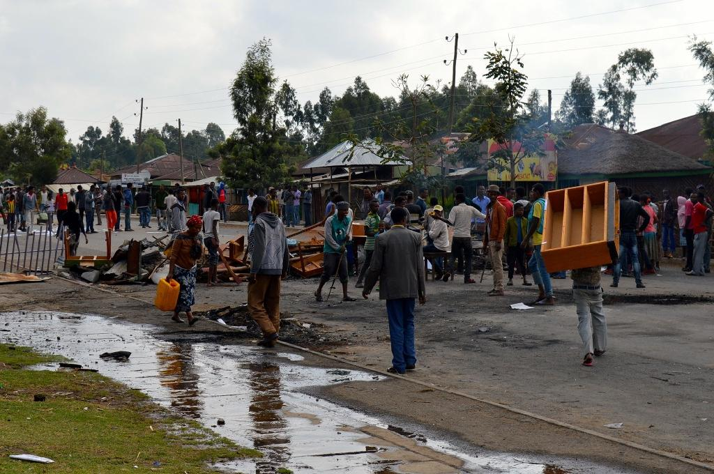 Ethiopians from the Oromo group block a road after protesters were shot dead by security forces in Wolenkomi, west of Addis Ababa (AFP Photo/William Davison)