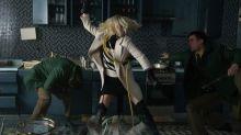 Ao som de hits dos anos 80, Charlize Theron quebra tudo (de novo) no novo trailer de 'Atômica'