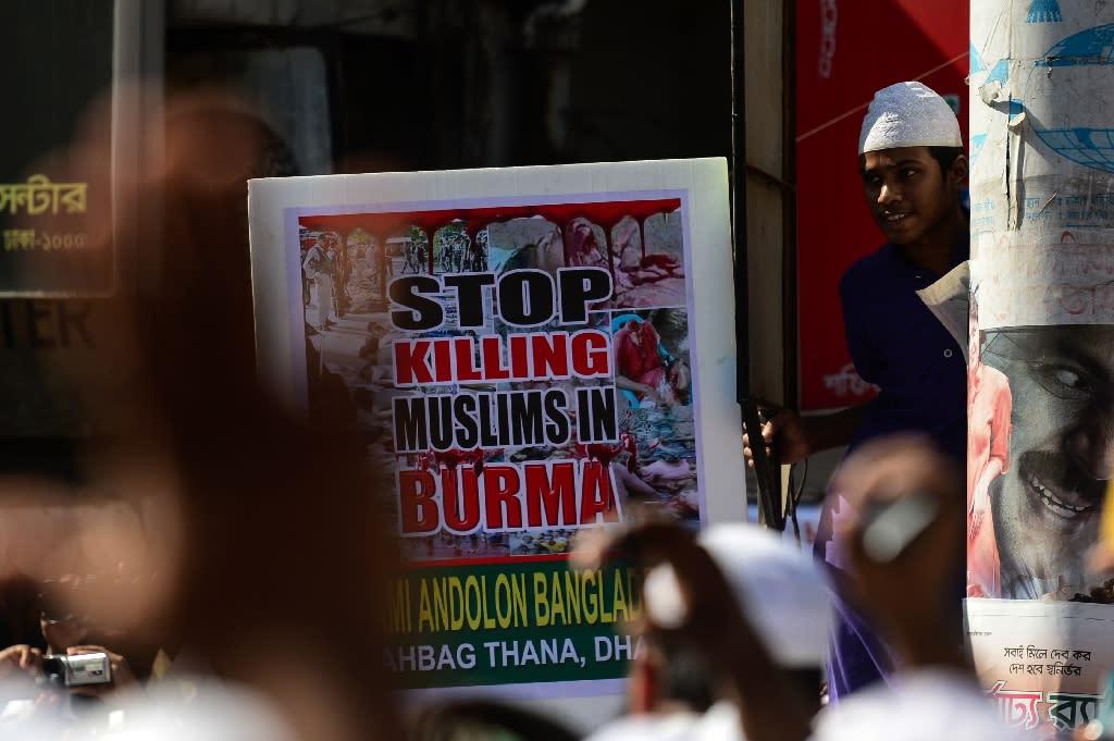 Bangladeshi activists protest in Dhaka against the persecution of Rohingya Muslims in Myanmar on December 6, 2016 (AFP Photo/MUNIR UZ ZAMAN)
