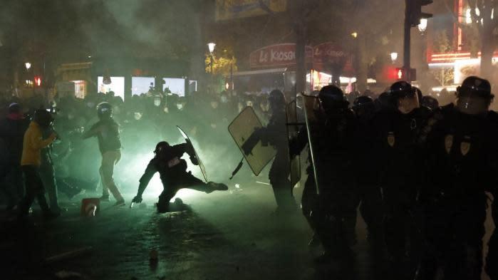 Manifestation à Paris: un policier poussé au sol et tabassé par des casseurs