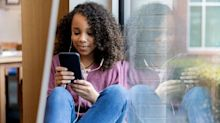 Ce geste que fait la génération Z pour indiquer qu'elle téléphone va vous mettre un gros coup de vieux