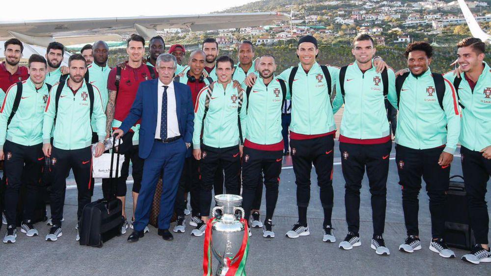Cristiano presume de EURO en su regreso a Portugal