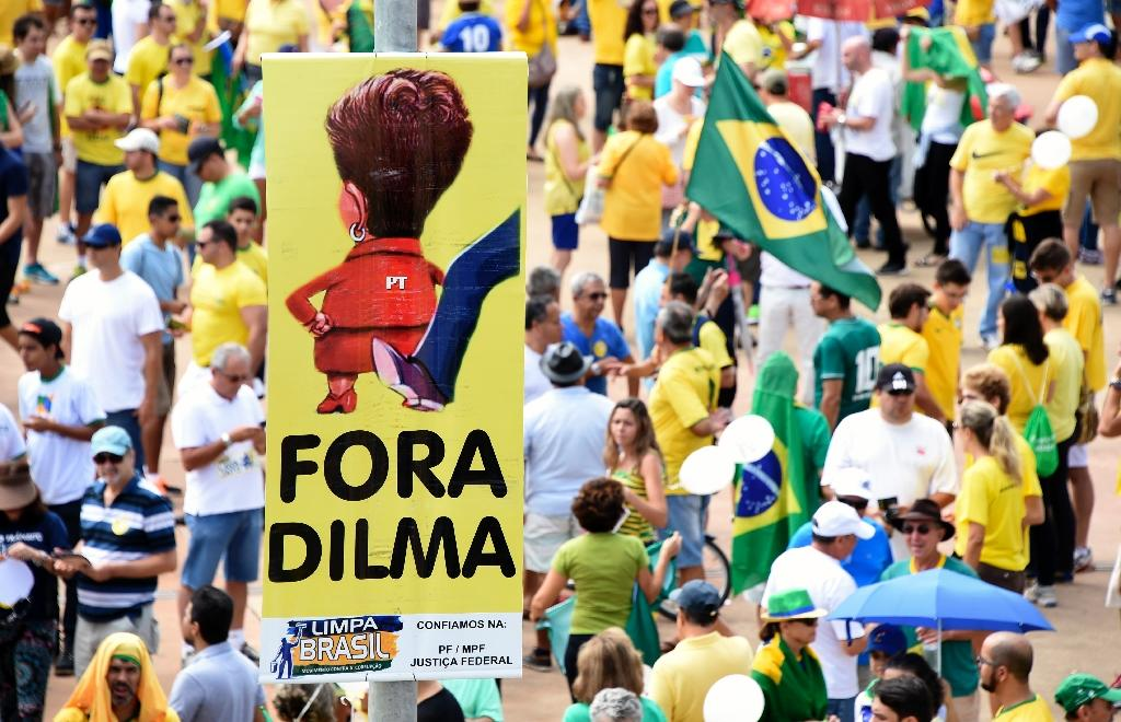 Opponents of the Brazilian government take part in a protest demanding the resignation of President Dilma Rousseff in Brasilia (AFP Photo/EVARISTO SA)