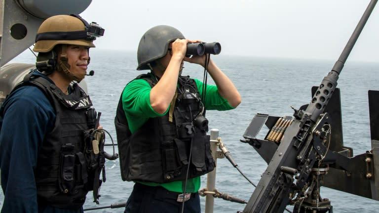US sailors aboard an amphibious assault ship survey the Strait of Hormuz on August 12, 2019 (AFP Photo/-)