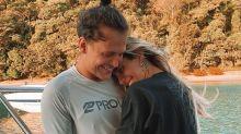 Fãs criticam Saulo Poncio e Gabi Brandt por usarem roupas para esconder tatuagens