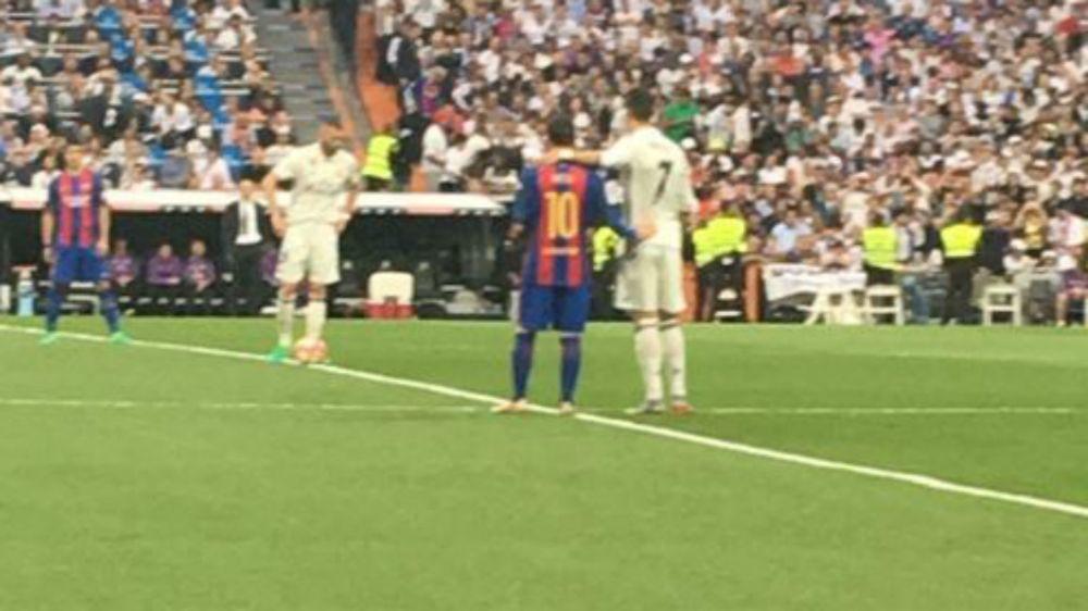La foto que la TV no mostró: el abrazo entre Messi y Ronaldo