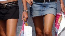 """Francia, """"gonna troppo corta"""": due ragazze aggredite in strada"""