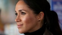 Duquesa britânica Meghan faz visita pré-natalina a casa de repouso