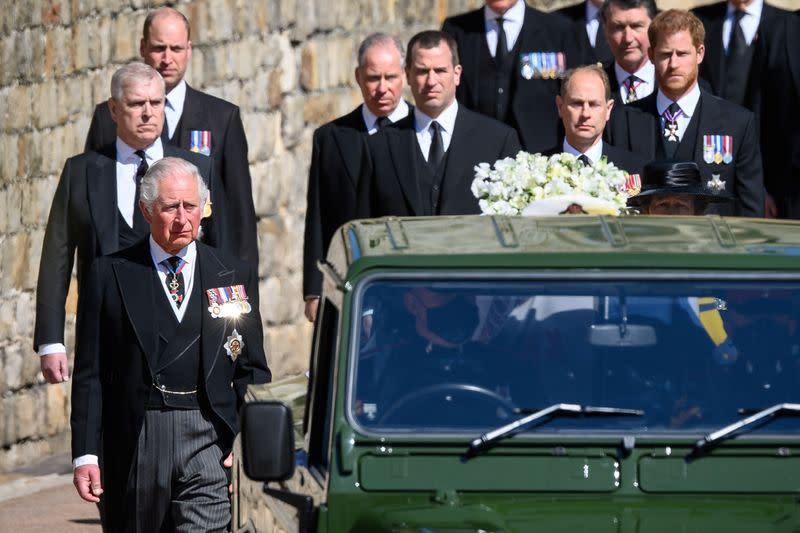 Rainha Elizabeth fica sozinha enquanto Philip é sepultado; William e Harry conversam