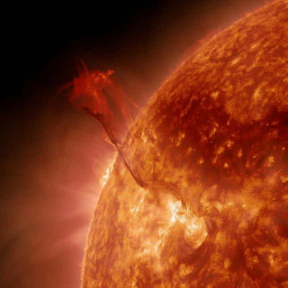 Sun Grows Super-Hot 'Dragon Tail' in Amazing NASA Video