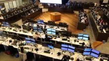 Ibovespa fecha em leve queda após sessão volátil e perde 3,85% na semana
