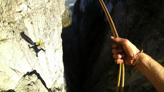 Extreme Rope Swing: Daredevil Celebrates Successful Slackline Crossing With Incredible Rope Swing