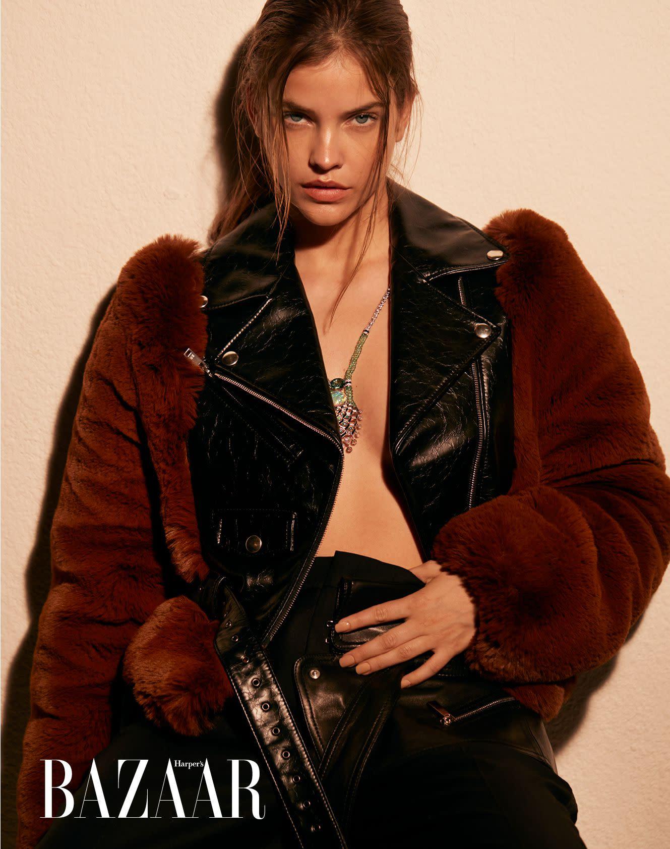 夾克,Sonia Rykiel;長褲,Barbara Bui;項鍊,Cartier。
