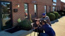 Photo virale : un barbier a accepté de couper les cheveux d'un jeune autiste apeuré à l'extérieur de son salon